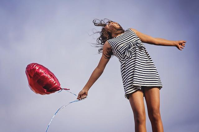 Dziewczyna z czerwonym balonem