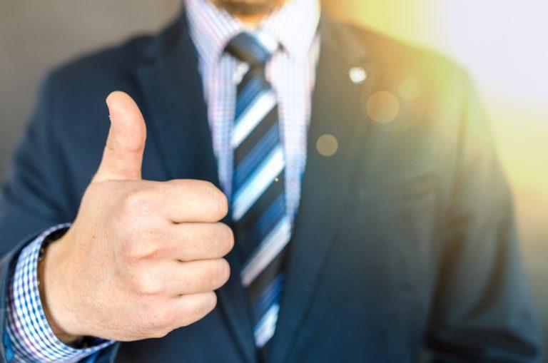 człowiek pokazujący gest dłonią