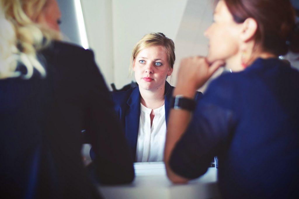kobieta w czasie rozmowy służbowej