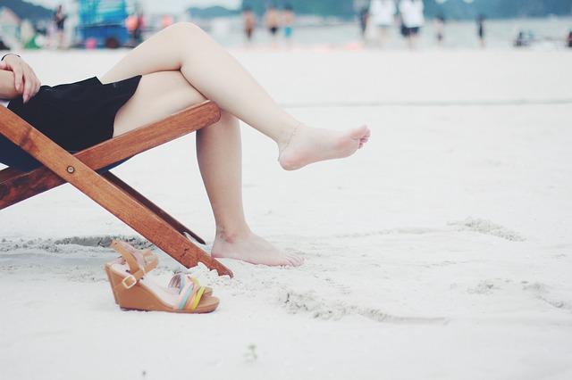 Kobieta na plaży i sandały