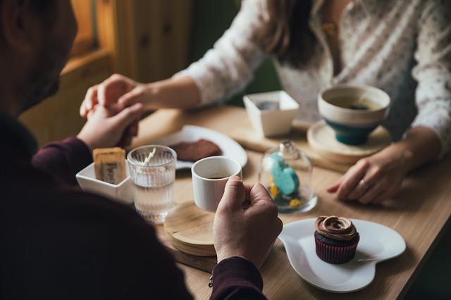 mężczyzna i kobieta pijący kawę