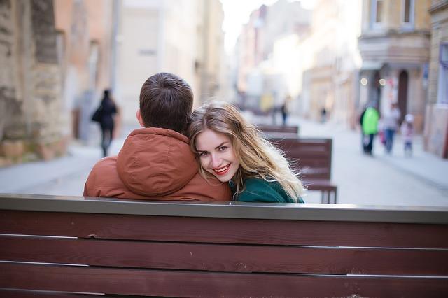 Para siedząca na ławce
