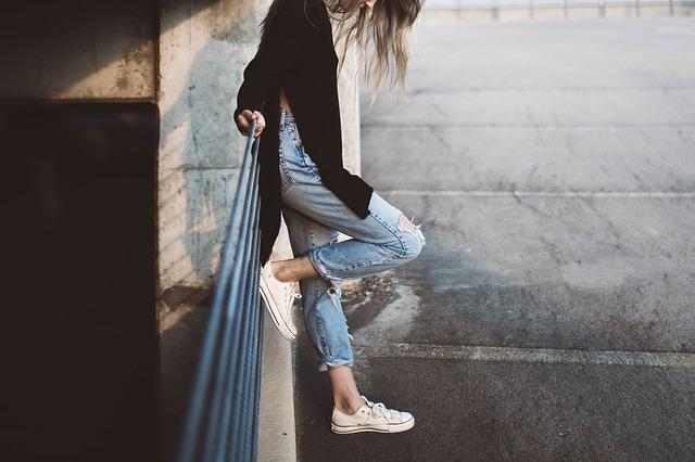 dziewczyna w jeansach