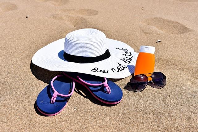 Zestaw plażowy, kapelusz, okulary i krem z filtrem