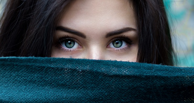 Pielęgnacja brwi: kosmetyki do brwi, domowe sposoby na piękne brwi…