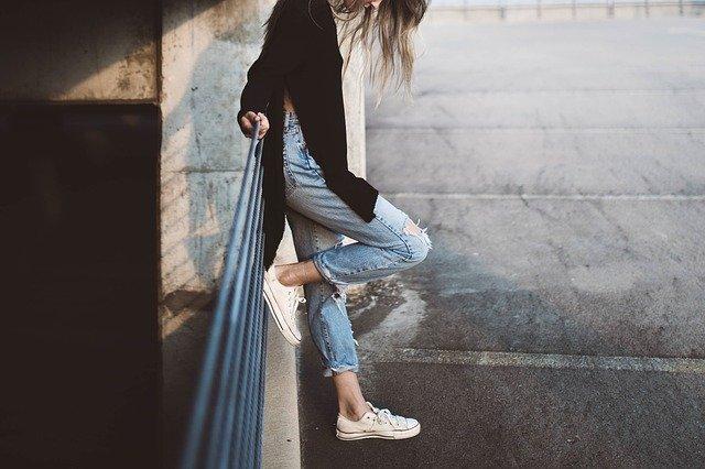 Dziewczyna w modnych ubraniach i dodatkach