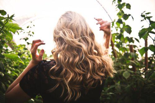 blondynka stoi tyłem